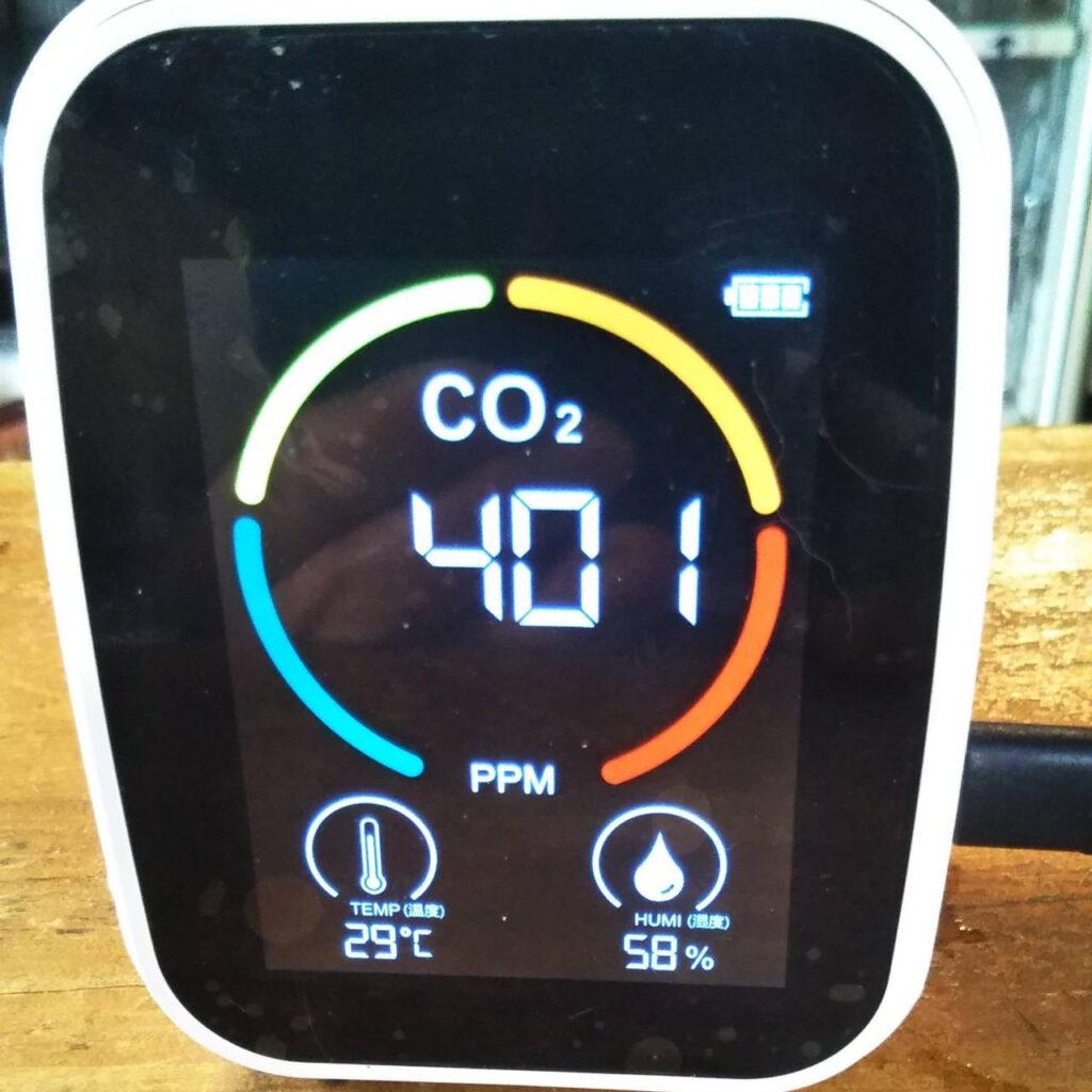 感染対策を徹底しています(CO2センサー、パーテーション)画像
